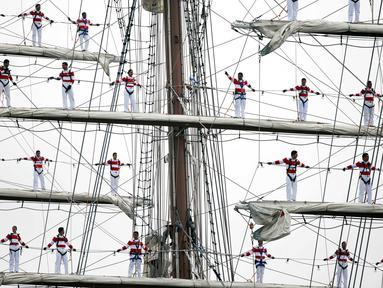 Atraksi para pelaut Angkatan Laut Peru saat mengikuti Parade Sail di Boston, AS (17/6). Lebih dari 50 kapal layar dari seluruh dunia berkumpul di pelabuhan Boston untuk mengikuti ajang maritim ini. (AP Photo / Michael Dwyer)
