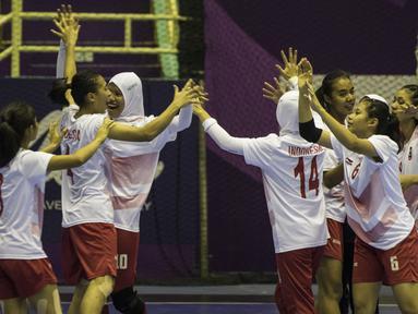 Atlet bola tangan Indonesia melakukan selebrasi usai menaklukkan Malaysia pada laga Asian Games 2018 di GOR Popki Cibubur, Jakarta Timur, Selasa (14/8/2018). Indonesia menang 23-15 atas Malaysia. (Bola.com/Vitalis Yogi Trisna)
