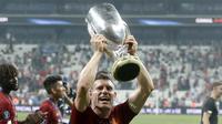 Gelandang Liverpool, James Milner mengangkat Piala Super Eropa 2019 setelah mengalahkan Chelsea  pada pertandingan Piala Super Eropa 2019  di Besiktas Park, di Istanbul (15/8/2019). Liverpool menang adu penalti atas Chelsea 5-4 (2-2). (AP Photo/Thanassis Stavrakis)