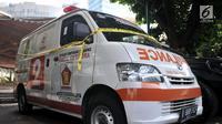 Ambulans Partai Gerindra yang diamankan polisi terparkir di halaman Mapolda Metro Jaya, Jakarta, Kamis (23/5/2019). Ambulans milik Partai Gerindra Tasikmalaya berpelat nomor B 9686 PCF tersebut diamankan polisi karena diduga mengangkut batu dalam Aksi 22 Mei. (merdeka.com/Iqbal Nugroho)