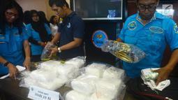 Petugas BNN menunjukkan barang bukti sabu seberat 20 Kg jaringan Malaysia di Kantor BNN, Jakarta, Kamis (26/4). Para tersangka yang ditangkap merupakan jaringan Malaysia. (Merdeka.com/Imam Buhori)