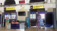 Penampakan sepinya kawasan boarding pas Stasiun Kejaksan Cirebon imbas Daops 3 Cirebon membatalkan 133 perjalanan kereta api menyusul larangan mudik. Foto (Liputan6.com / Panji Prayitno)