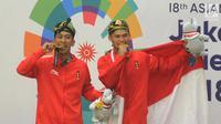 Atlet Pencak Silat Yola dan Hendy mempersembahkan medali Emas Asian Games 2018 yang diraihnya untuk masyarakat Lombok.