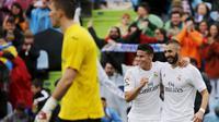 Striker Real Madrid Karim Benzema bersama rekannya James Rodriguez merayakan gol ke gawang Getafe dalam lanjutan Liga Spanyol, Sabtu malam WIB (16/4/2016). (Liputan6.com/ REUTERS/Sergio Perez)
