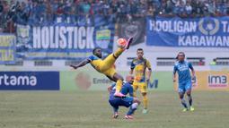 Aksi pemain Persiba Balikpapan, Dirkir saat melawan Persib Bandung pada lanjutan Torabika SC 2016  di Stadion Wibawa Mukti, Cikarang, Sabtu (1/10/2016). (Bola.com/Nicklas Hanoatubun)
