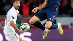 Winger Real Madrid, Gareth Bale mengontrol bola dibayangi bek Paris Saint-Germain (PSG), Juan Bernat pada laga Grup A Liga Champions di Parc des Princes, Rabu (18/9/2019). PSG berhasil menaklukkan tamunya Real Madrid 3-0. (AP Photo/Michel Euler)