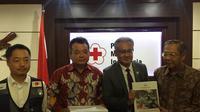 Dana bantuan kemanusiaan diberikan oleh Duta Besar Jepang untuk Indonesia Masafumi Ishii kepada PLH Ketua Umum PMI Ginandjar Kartasasmita (Liputan6.com/Teddy Tri Setio Berty)