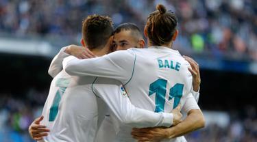 Penyerang Real Madrid, Karim Benzema (tengah) bersama rekannya Cristiano Ronaldo dan Gareth Bale melakukan selebrasi usai mencetak gol ke gawang Alaves pada La Liga Spanyol di stadion Santiago Bernabeu (24/2). Madrid menang 4-0. (AP Photo/Francisco Seco)