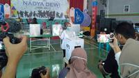 Calon Bupati Purbalingga, Dyah Hayuning Pratiwi menggunakan hak suaranya di TPS 14 Kelurahan Purbalingga Lor Kecamatan Purbalingga, Rabu (9/12/2020) pukul 08.30 WIB.