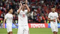 Philip Younghusband menyapa suporter setelah laga kontra China di penyisihan Grup C Piala Asia 2019 di Mohammed bin Zayed Stadium, Abu Dhabi (11/1/2019). (AFP/Khaled Desouki)