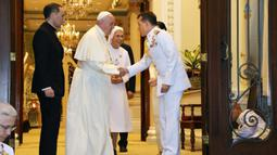 Paus Fransiskus ditemani oleh Suster Anna Rosa Sivori berjabat tangan dengan Raja Thailand Maha Vajiralongkorn di Amporn Throne Hall Dusit Palace di Bangkok (22/11/2019). (Handout/Thai Royal Household Bureau/AFP)