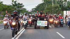 Pengisi acara Karnaval SCTV mengikuti pawai artis keliling Kota Bojonegoro, Jawa Timur, Sabtu (30/3). Karnaval SCTV di Bojonegoro menghadirkan sederet artis top Tanah Air. (Liputan6.com/Pool/SCTV)