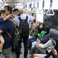 Penumpang menaiki kereta MRT pada hari pertama fase operasi secara komersial (berbayar) di Stasiun MRT Bundaran HI, Jakarta, Senin (1/4). PT MRT Jakarta mulai memberlakukan fase operasi secara komersial (berbayar) dengan potongan harga 50 persen selama April 2019. (Liputan6.com/Johan Tallo)
