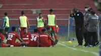 Jacksen Tiago saat memberi instruksi pemain Persipura pada uji coba melawan Persik di Kediri. Meski tempat laga Piala AFC belum jelas, Jacksen tetap fokus menyiapkan tim Persipura. (Bola.com/Gatot Susetyo)