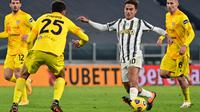 Penyerang Juventus, Paulo Dybala (kanan) berusaha melewati bek Cagliari, Gabriele Zappa selama pertandingan lanjutan Liga Serie A Italia di stadion Juventus di Turin (21/11/2020). Juventus menang atas Cagliari 2-0. (AFP/Miguel Medina)