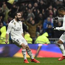 Gelandang asal Brasil Casemiro (kanan) merayakan gol ke gawang Sevilla di Estadio Santiago Bernabeu, Sabtu (19/1/2019). (AFP/Pierre-Philippe Marcou)