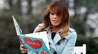 """Gaya istri Presiden AS Melania Trump saat membacakan buku berjudul """"You!"""" dalam perayaan Easter Egg Roll di Gedung Putih, Washington (4/2). Buku yang dibacakan untuk anak-anak ini ditulis oleh Sandra Magsamen. (AP Photo / Carolyn Kaster)"""