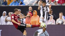 Pemain Juventus, Joao Cancelo (kanan) menutup peluang tembak pemain Bayern Munchen, Ryan Johansson (kiri) pada laga International Champions Cup 2018 di Lincoln Financial Field, Philadelphia, (25/7/2018). Juventus menang 2-0.  (AP/Chris Szagola)