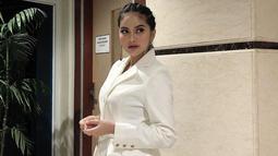 Saat sedang menghadiri acara tertentu, Tiwi Eks T2 ini memilih tampil dengan busana putih. Seperti kali ini, ia mengenakan baju setelan putih panjang. Gaya makeup dan penataan rambutnya terlihat makin elegan. (Liputan6.com/IG/tentangtiwi)