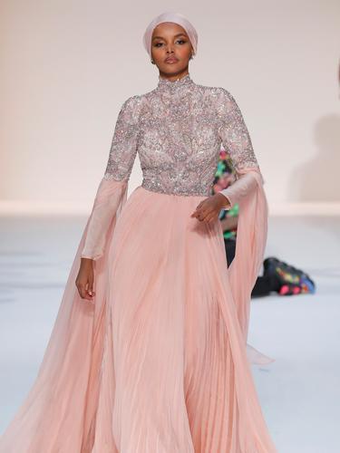 Lenggak-lenggok Model Berhijab Halima Aden di New York Fashion Week