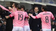 Para Pemain Juventus, merayakan gol Andrea Barzagli saat melawan Atalanta pada lanjutan Serie A 2015-2016  di Stadion Atleti Azzurri d'Italia, Minggu (6/3/2016) malam WIB. (AFP/Olivier Morin)