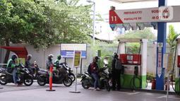 Pengendara motor mengantre mengisi BBM di SPBU, Jakarta, Kamis (18/6/2020). Kendati demikian, Vice President Corporate Communication Pertamina Fajriyah Usman menegaskan, saat ini pihaknya masih menyediakan dan menyalurkan BBM jenis Premium dan pertalite. (Liputan6.com/Angga Yuniar)