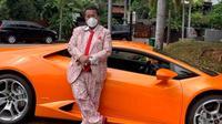 Hotman Paris bergaya dengan Lamborghini kesayangannya. (Instagram @hotmanparisofficial)