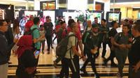 Pemain Timnas Indonesia tetap mendapat dukungan menjelang laga kontra Filipina. Suporter menyambangi Hotel Sultan saat pemain menuju ke SUGBK, Minggu (25/11/2018). (Bola.com/Benediktus Gerendo Pradigdo)