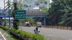 Suasana arus lalu lintas Tol Cengkareng arah Cawang pada Selasa (22/8). Seorang pengendara motor nekat melawan arus lalu lintas di Tol Cengkareng, Banten pada pukul 13.00 WIB. (Liputan6.com/Helmi Fithriansyah)