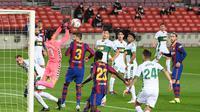 Edgar Badia sempat membuat Barcelona kesulitan cetak gol pertama kala melawan Elche (AFP)