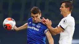 Gelandang Tottenham Hotspur, Giovani Lo Celso, berebut bola dengan bek Everton, Seamus Coleman, pada laga lanjutan Premier League di Tottenham Stadium, Selasa (7/7/2020) dini hari WIB. Tottenham menang 1-0 atas Everton. (AFP/Richard Heathcote/pool)