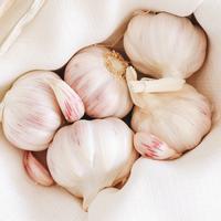 Penggunaan bawang putih sebagai obat jerawat bisa memberikan efek samping yang membahayakan kulit. (Foto: unsplash.com)