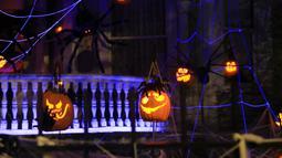 "Sejumlah Jack-O'-Lantern terlihat di halaman sebuah ""Rumah Hantu"" (Ghost Manor) di New Orleans, Louisiana, pada 26 Oktober 2020. Dengan Jack-O'-Lantern, jaring laba-laba, kerangka, dan beragam hiasan bertema Halloween, rumah hantu itu sukses menarik minat banyak pengunjung. (Xinhua/Lan Wei)"