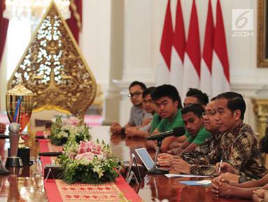 Presiden Joko Widodo (Jokowi) menerima skuad Tim Nasional (Timnas) Indonesia U-16 di Istana Merdeka, Jakarta, Kamis (4/10). Presiden Jokowi mengapresiasi perjuangan Garuda Muda di Piala Asia 2018. (Liputan6.com/Angga Yuniar)