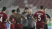 Pelatih Qatar, Bruno Miguel, memberikan arahan kepada anak asuhnya saat melawan Uni Emirat Arab (UEA) pada laga AFC U-19 di SUGBK, Jakarta, Kamis (18/10/2018). UEA menang 2-1 atas Qatar. (Bola.com/M Iqbal Ichsan)