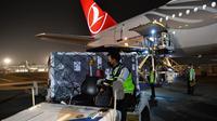 Indonesia kedatangan vaksin COVID-19 tahap ke-88 sejumlah 688.800 dosis AstraZeneca yang tiba di Bandara Soekarno-Hatta, Tangerang pada Rabu, 13 Oktober 2021. (Dok Amiriyandi/InfoPublik/Kementerian Komunikasi dan Informatika RI)