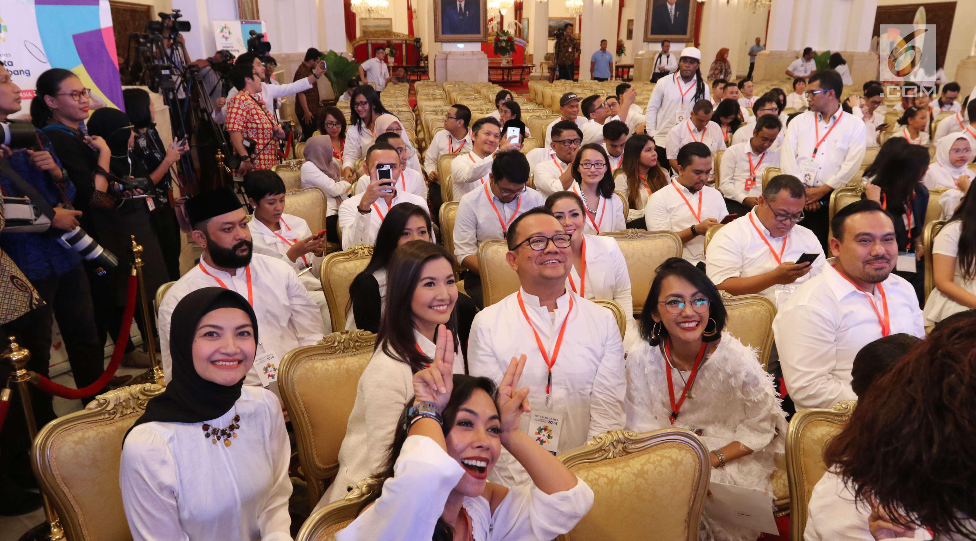Sederet artis, musisi, vlogger dan pegiat kreatif menggelar pertemuan dengan Presiden Joko Widodo di Istana Negara, Jakarta, Selasa (5/6). Mereka diundang Presiden Jokowi dalam rangka promosi Asian Games 2018. (Liputan6.com/Angga Yuniar)