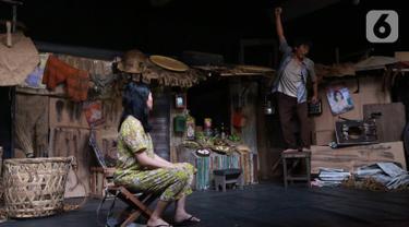 Pemain sedang memerankan tokoh di sanggar Teater Koma, Jakarta, Selasa (29/10/2019). Teater Koma kembali memproduksi ke-159 dengan judul terbarunya J.J Sampah-Sampah Kota yang akan dipentaskan pada 8-17 November 2019. (Liputan6.com/Fery Pradolo)