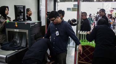 Petugas memeriksa tamu menggunakan metal detaktor saat memasuki Gedung MK, Jakarta, Selasa (18/6/2019). Pengamanan ekstra dilakukan untuk menjaga keamanan saat sidang perselisihan hasil pemilihan umum (PHPU) Pilpres 2019. (Liputan6.com/Faizal Fanani)
