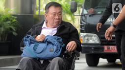 Dirut PT Wijaya Kusuma Emindo (WKE) Budi Suharto mengenakan kursi roda akan menjalani pemeriksaan oleh penyidik di Gedung KPK, Jakarta, Senin (14/10/2019). Budi diperiksa sebagai saksi terkait kasus suap sejumlah proyek pembangunan SPAM ta 2017-2018 di KemenPUPR. (merdeka.com/Dwi Narwoko)