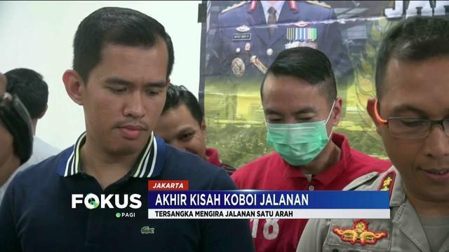 Polres Metro Jakarta Pusat tangkap pengendara sedan yang mengacungkan senjata apinya pada pengemudi minibus.