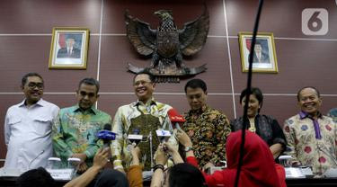 Ketua MPR Bambang Soesatyo (ketiga kiri) memberi keterangan usai memimpin rapat pimpinan di Kompleks Parlemen, Jakarta, Senin (14/10/2019). MPR menyepakati pelantikan Joko Widodo-Ma'ruf Amin sebagai Presiden dan Wakil Presiden periode 2019-2024 digelar pada 20 Oktober 2019. (Liputan6.com/JohanTallo)