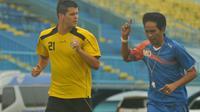 Alvaro Silva Linares, pemain berpaspor Filipina mulai berlatih bersama Arema, Selasa (30/8/3016). (Bola.com/Iwan Setiawan)