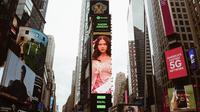 Potret Nadin Amizah terpampang di billboard Times Square New York. (Instagram/@cakecaine)
