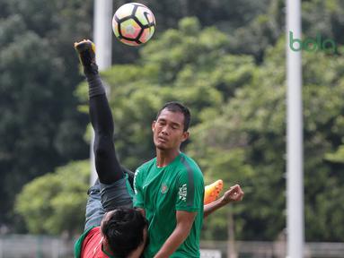 Aksi pemain Timnas Indonesia U-23, Hanif Sjahbandi melakukan tendangan salto pada sesi latihan di Lapangan A,B,C, Senayan, Jakarta (21/2/2018). Latihan ini merupakan persiapan Asian Games 2018. (Bola.com/Nick Hanoatubun)
