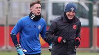 Dean Henderson bersama Bastian Schweinsteiger pada sesi latihan jelang lawan Blackburn Rovers. (doc. Manchester United)
