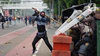 Pengunjuk rasa terlibat bentrok dengan polisi di Jalan Medan Merdeka Timur, Jakarta, Kamis (8/10/2020). Bentrokan terjadi akibat massa yang memaksa masuk ke depan Istana Negara untuk berunjuk rasa terkait penolakan UU Cipta Kerja. Liputan6.com/Immanuel Antonius)
