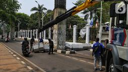 Polisi bersiaga di sekitar Gedung DPR RI, Jakarta, Kamis (17/10/2019). Direktorat Lalu Lintas Polda Metro Jaya kembali menutup sejumlah ruas jalan menuju kawasan Gedung DPR RI jelang pelantikan Presiden dan Wakil Presiden terpilih. (Liputan6.com/JohanTallo)