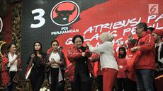 Ketum PDIP Megawati Soekarnoputri  mengenakan jaket bomber saat peluncuran Atribut Milenial di Kantor DPP PDIP, Jakarta, Kamis (20/9). Peluncuran Atribut Milenial untuk kampanye Pemilu 2019 ini diperagakan oleh para kader. (Merdeka.com/Iqbal S. Nugroho)