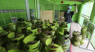 Karyawan menyemprotkan cairan disinfektan ke tabung gas ukuran 3 kg di Agen LPG 3 kg, Bojongsari, Depok, Senin (4/5/2020). Penyemprotan dilakukan sebelum dikirim ke pengecer di daerah sekitar sebagai upaya pencegahan penyebaran Covid-19. (Liputan6.com/Fery Pradolo)